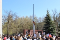 Vor dem Denkmal werden danach Reden gehalten, wenig später steigen weiße Luftballons in die Luft. Dieser Teil des Tages gefällt mir noch ganz gut.