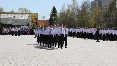 """Im Anschluss findet auf einem anderen Platz die weiter oben genannte """"Parade"""" statt. Schülergruppe treten gegeneinander in der Kategorie """"Marschieren und dabei Kriegslieder singen"""" an."""